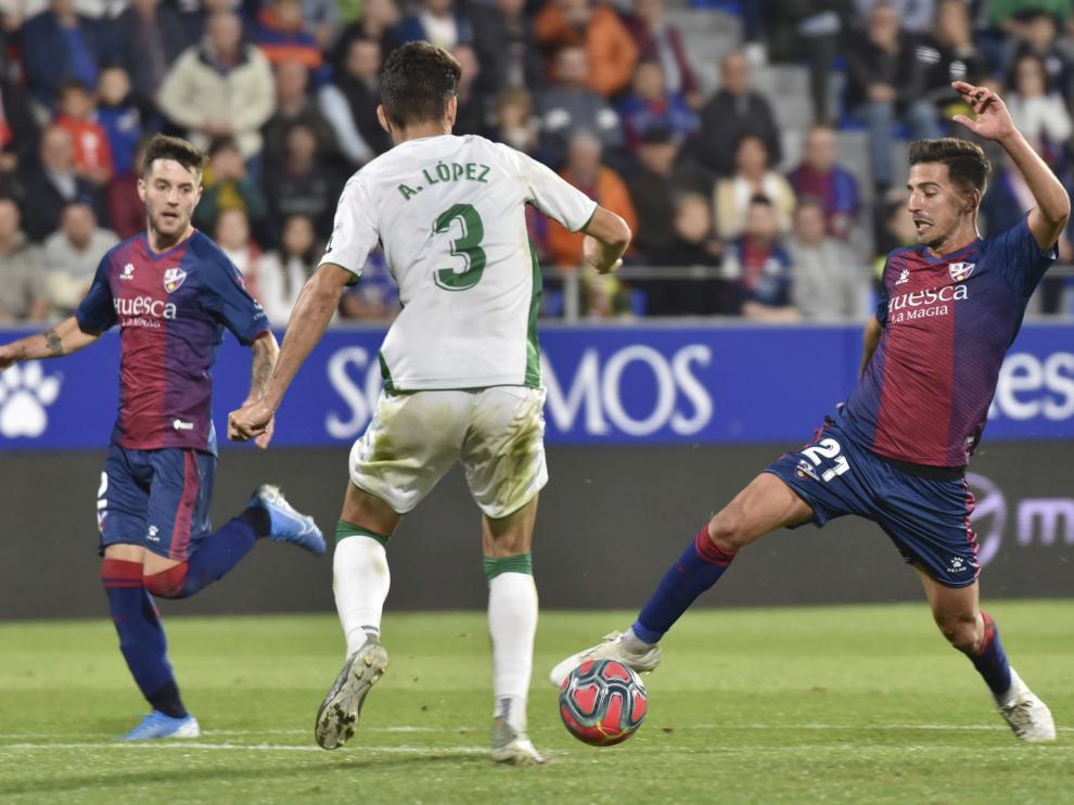 Juan Carlos trata de sortear a Andoni durante el Huesca-Elche.
