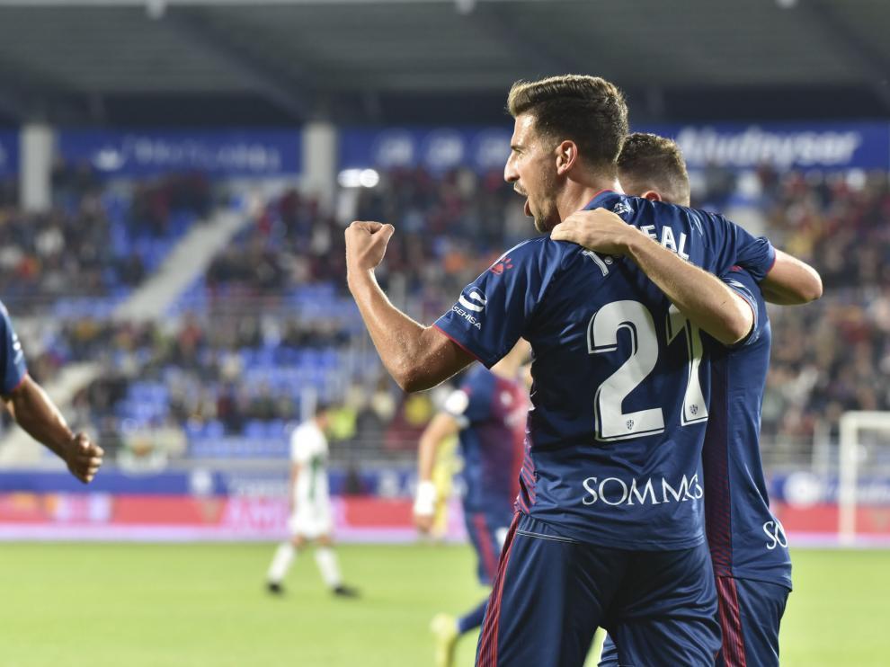 Juan Carlos Real celebra el gol que ha marcado al Elche en El Alcoraz.