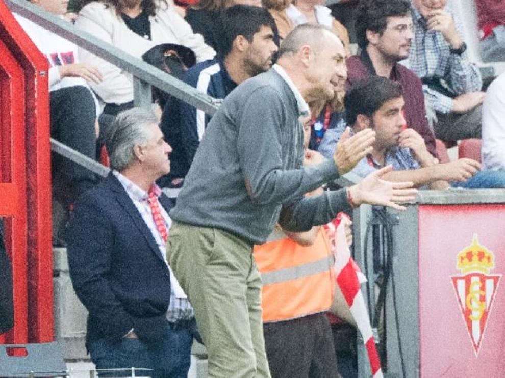 Víctor Fernández, en la banda de El Molinón, en el partido de este domingo.
