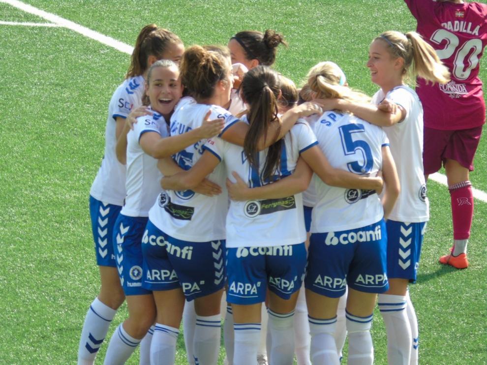 Las jugadoras del equipo celebran uno de los goles.