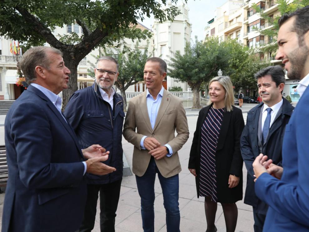 Ander Gil, en el centro de la fotografía, junto a líderes socialistas de la provincia de Huesca.