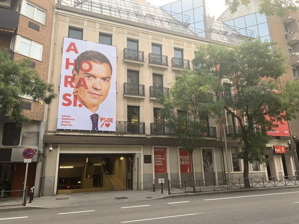 Cartel colgado en la fachada de la sede del PSOE en Ferraz.