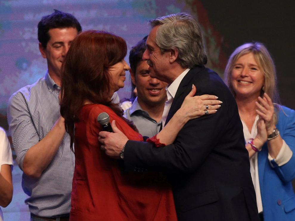 El candidato a la presidencia Alberto Fernández y la vicepresidenta Cristina Fernández de Kirchner celebran la victoria electoral en Buenos Aires.