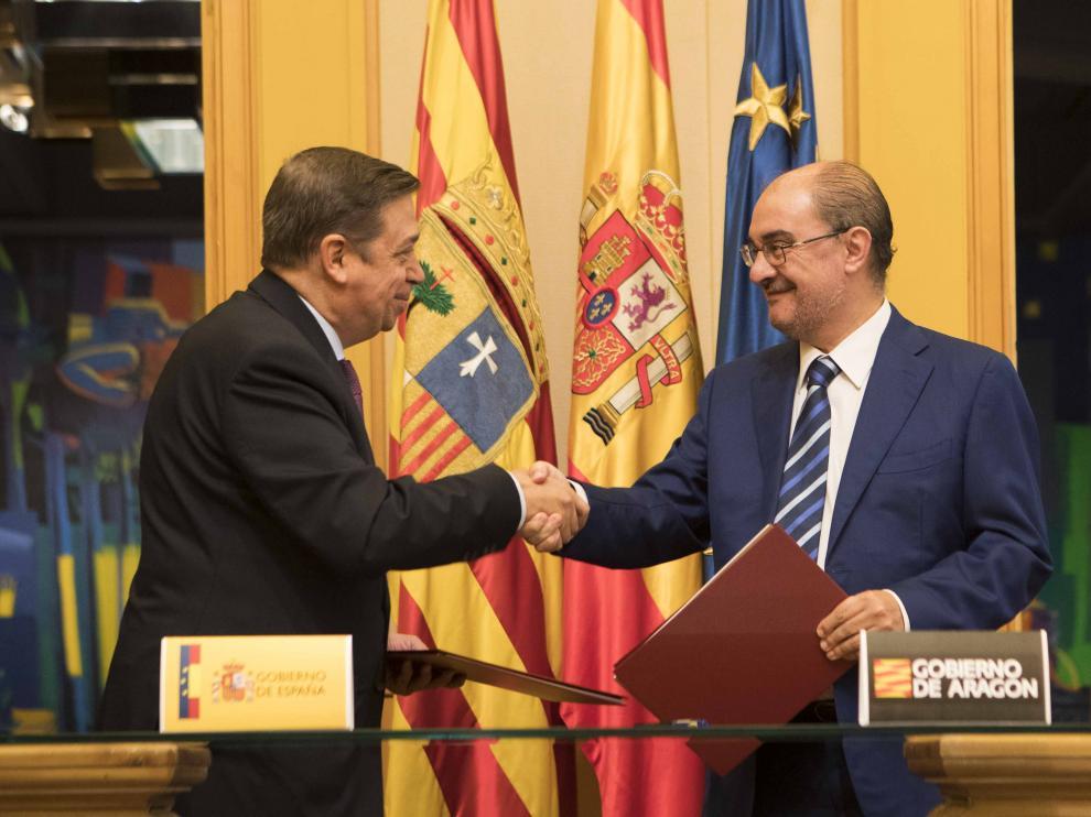 El ministro de Agricultura, Luis Planas, y el presidente aragonés, Javier Lambán, tras la firma del protocolo de intenciones del Fite, este lunes, en la DGA.