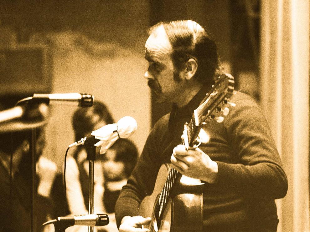 Labordeta durante su actuación en el Primer Encuentro de la Música Popular en Aragón (Teatro Principal, 13 noviembre 1973).