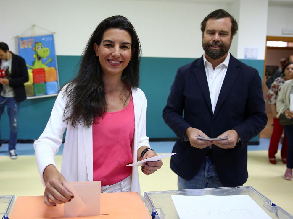 La candidata de Vox a la Comunidad, Rocío Monasterio, junto al economista de Vox, Iván Espinosa de los Monteros.