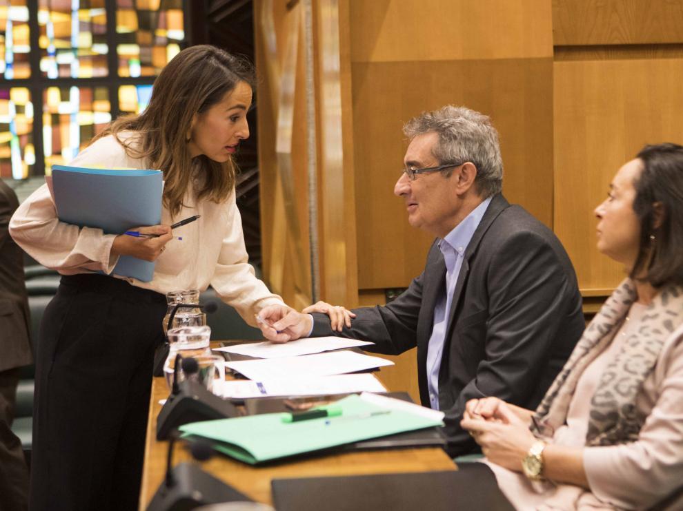 María Navarro saluda a los ediles de Vox antes de la comisión de Hacienda de este lunes.