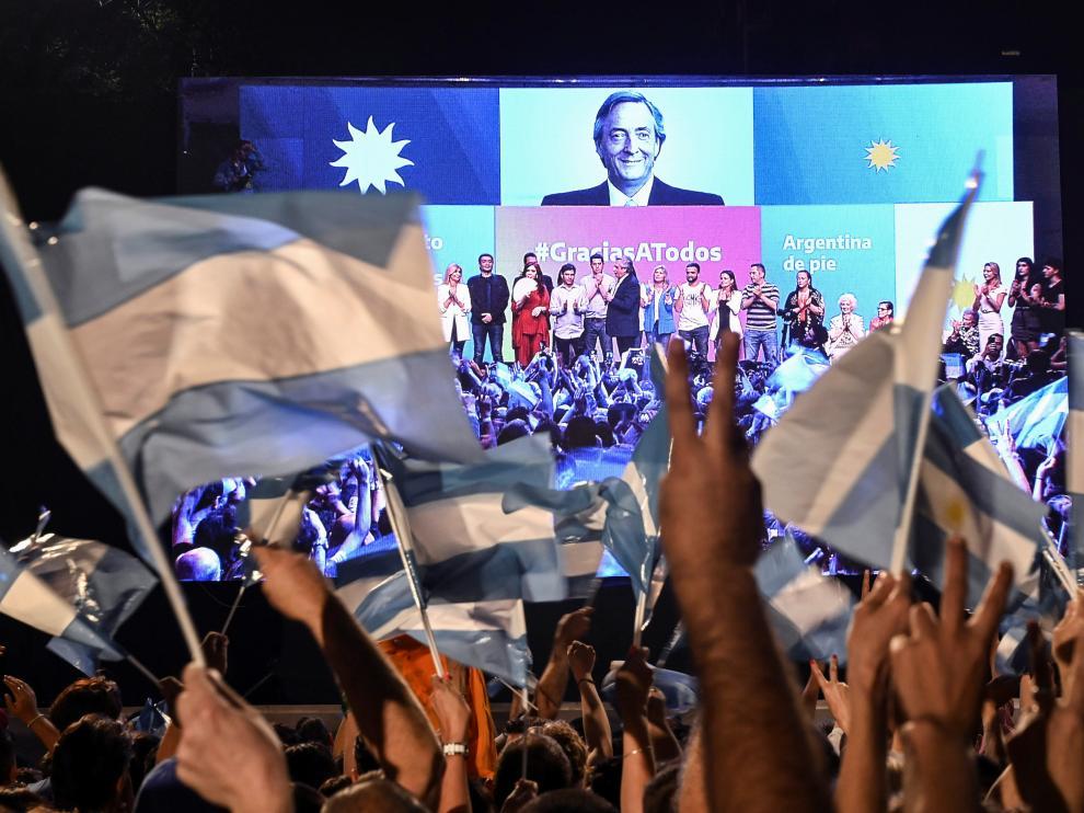 Simpatizantes de Alberto Fernández y la vicepresidenta Cristina Fernández de Kirchner celebran la victoria electoral de este domingo en Argentina.