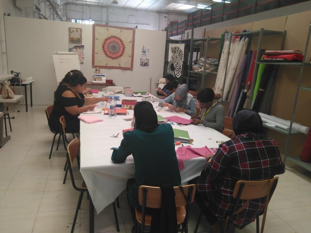 Un grupo de mujeres trabaja en un taller.