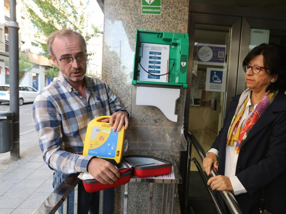 Enrique Capella y Maite Villarroel, con el desfibrilador instalado en el exterior del Colegio de Médicos, en la calle Zaragoza.