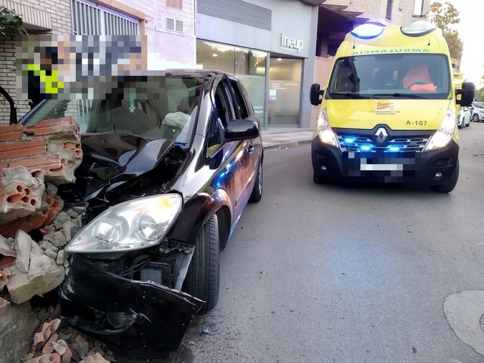 El coche colisionó contra un muro en la calle Velódromo de Huesca.