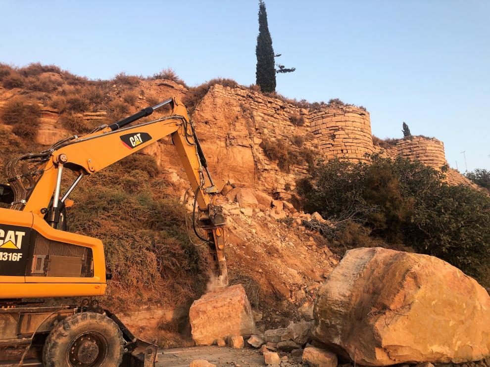 El desprendimiento del muro ha arrastrado grandes piedras hacia la carretera.