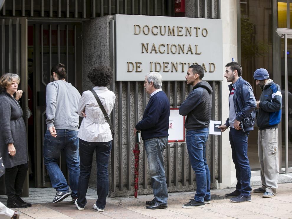 Filas para renovar el DNI o el pasaporte en la oficina del paseo de Teruel.
