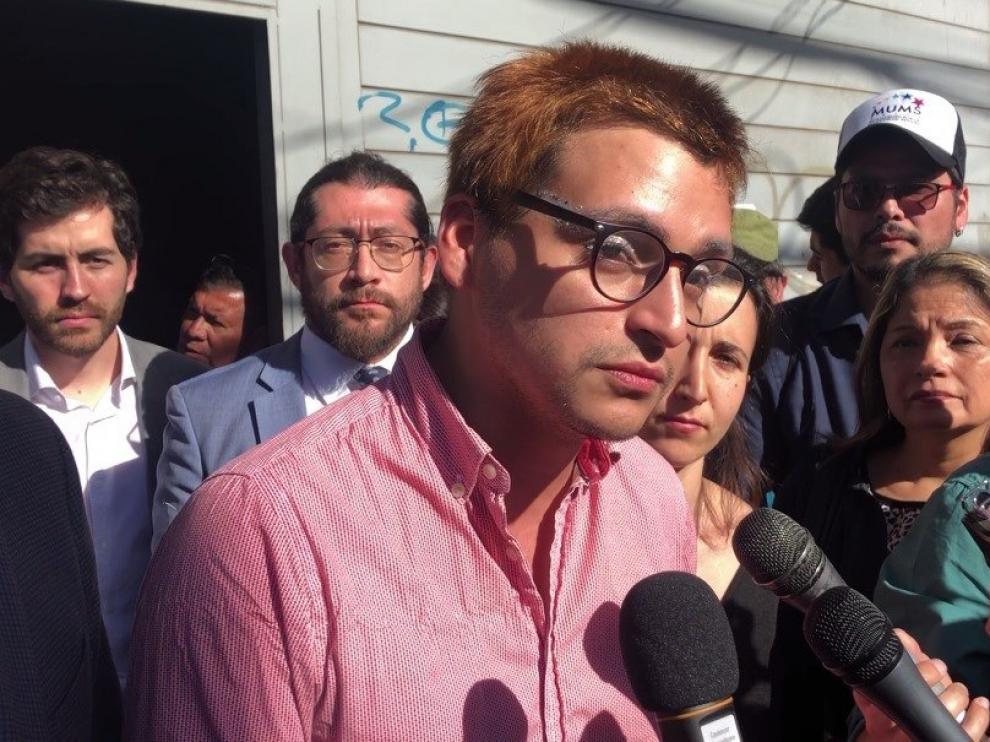 Josué Maureira habla con la prensa el lunes tras declarar en Santiago.