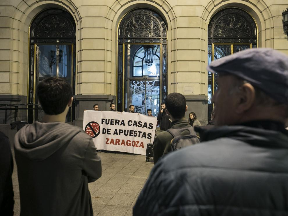 Los manifestantes, ayer en la plaza de España de Zaragoza