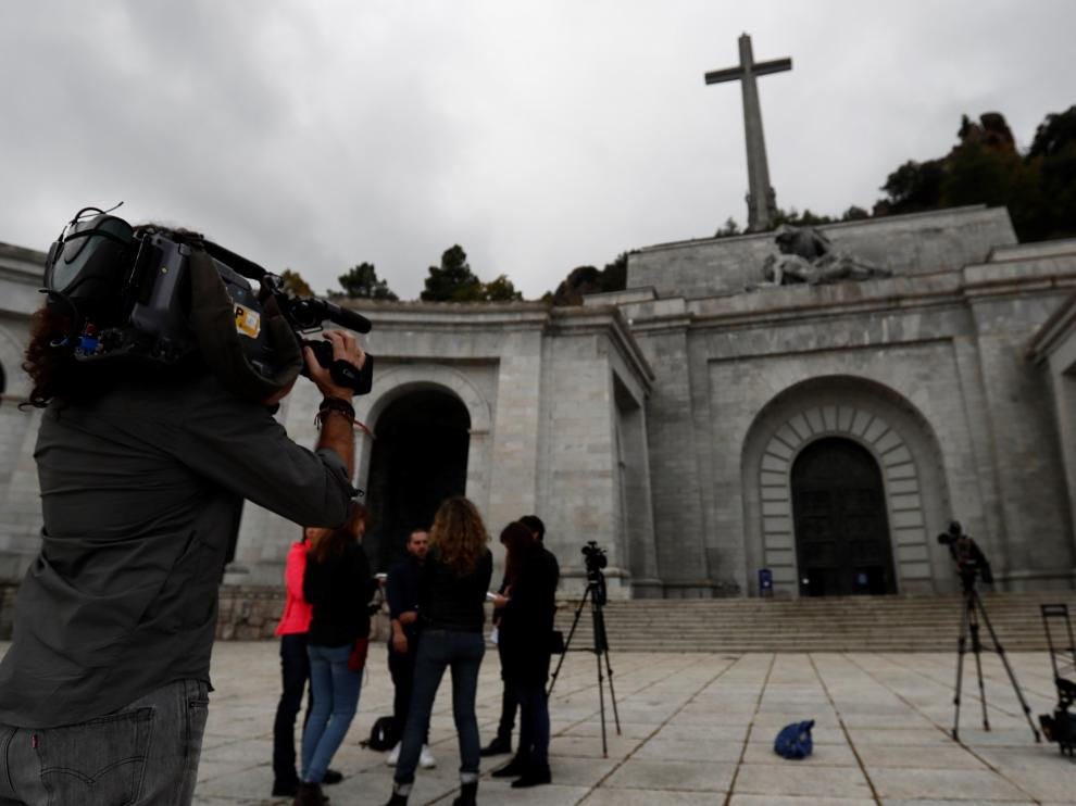 Medios de comunicación en el valle de los Caídos, tras la reapertura de sus puertas.