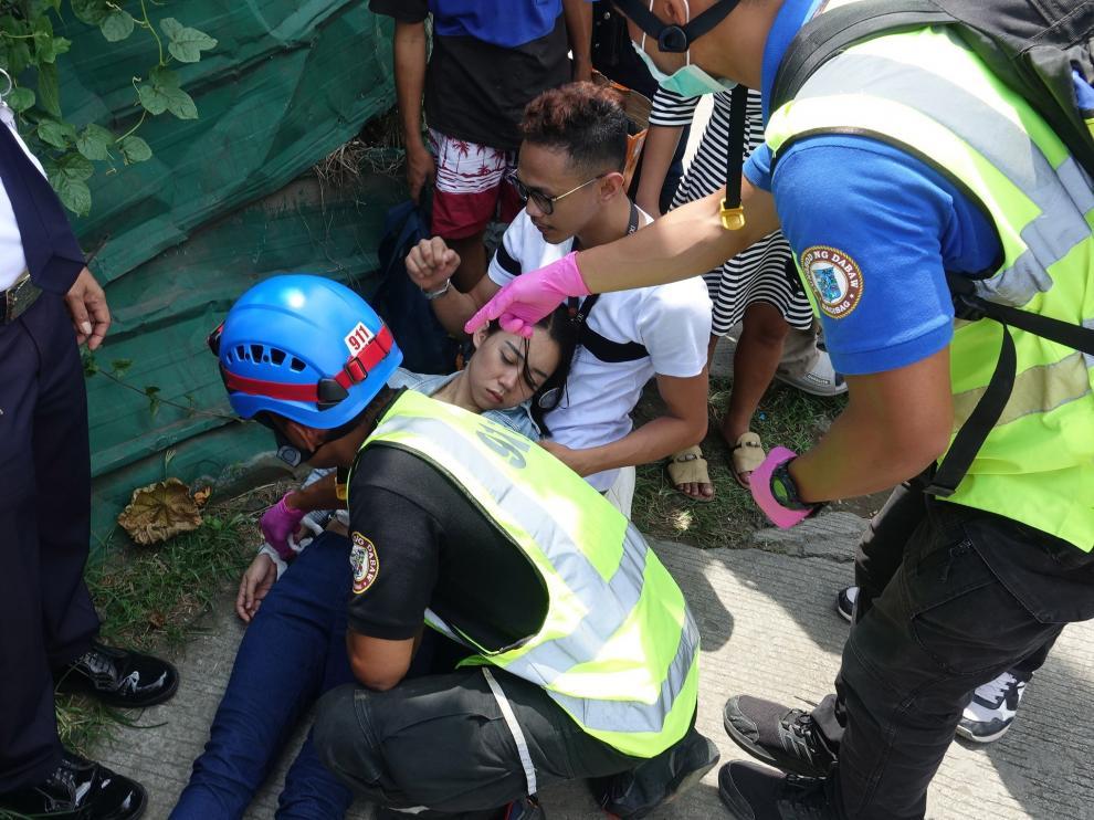 Los equipos de rescate atienden a una mujer en la ciudad de Davao.