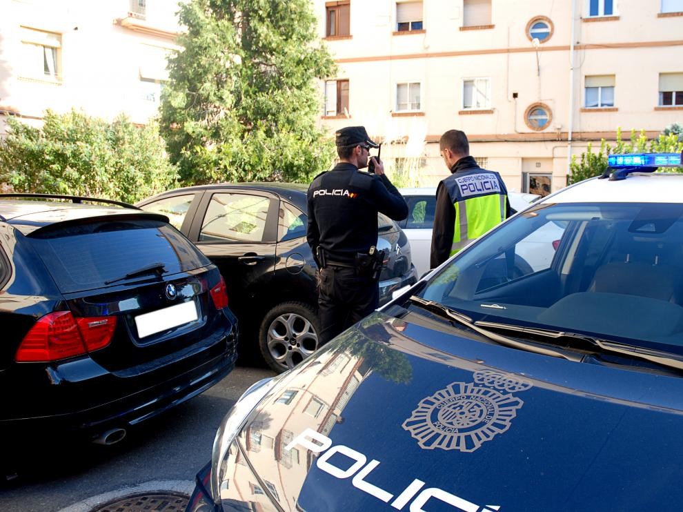 Agentes de la Policía en el barrio en el que ocurrieron los hechos