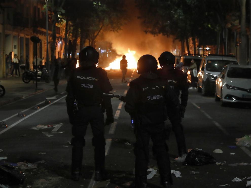 Agentes de la Policía Nacional, durante los disturbios de estos días en Barcelona.