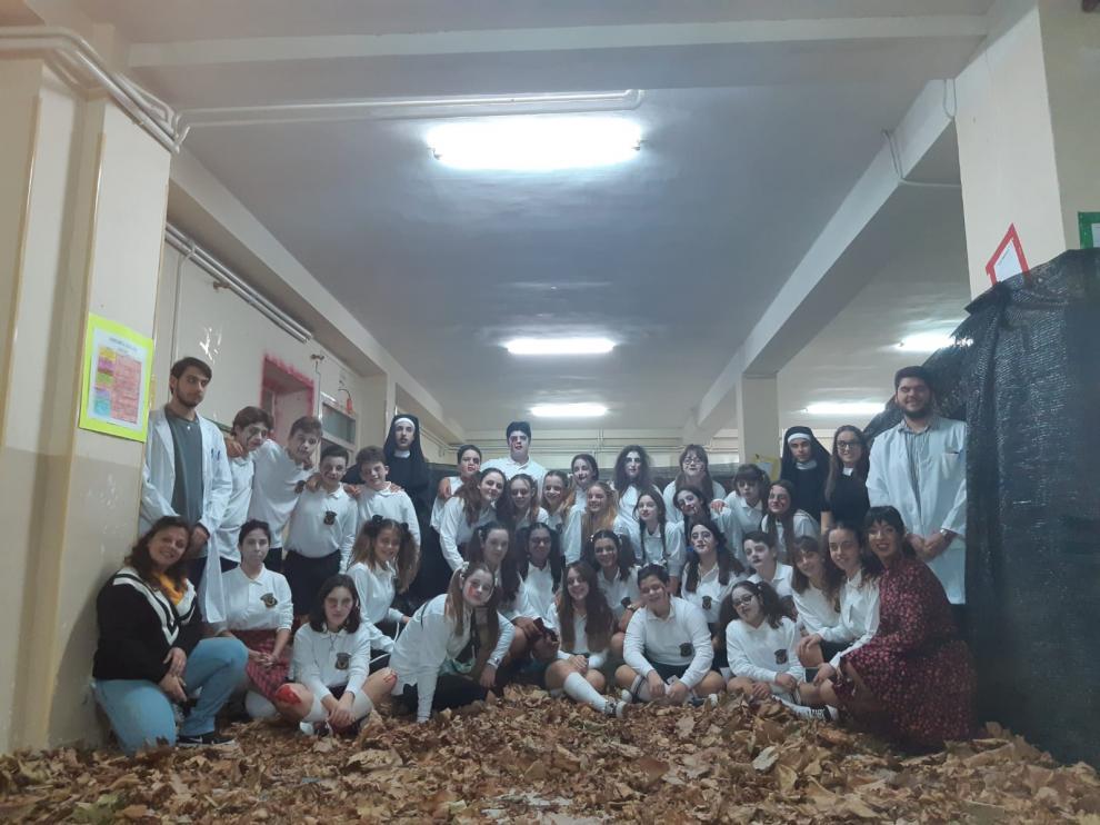 Los voluntarios que recrearon la fiesta en Pedrola en el antiguo colegio Cervantes, que se encuentran vacías desde que abrió sus puertas el nuevo edificio en septiembre.
