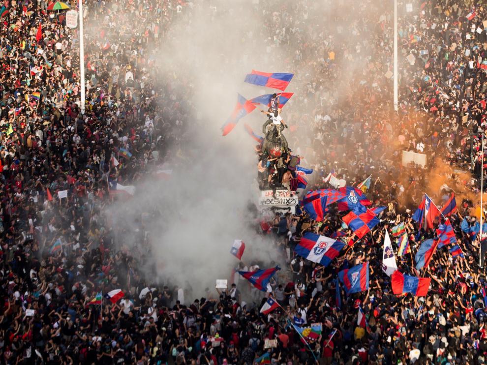Miles de personas protestan este martes en Santiago por la desigualdad social en Chile.