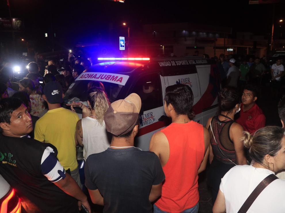 Familiares y amigos del boliviano Marcelo Terrazas, fallecido en un enfrentamiento en la ciudad de Montero, reciben este jueves su cuerpo, que llegó en una ambulancia a Santa Cruz (Bolivia).