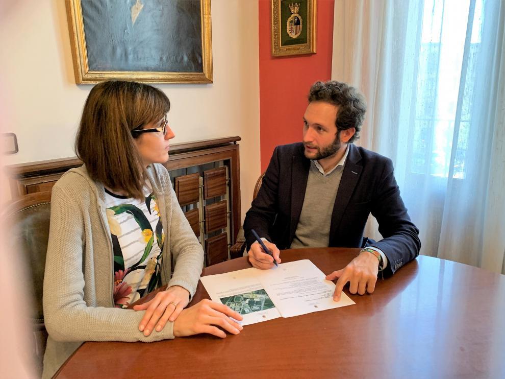 El alcalde de Monzón, Isaac Claver, y la concejala de Educación, Nuria Moreno.