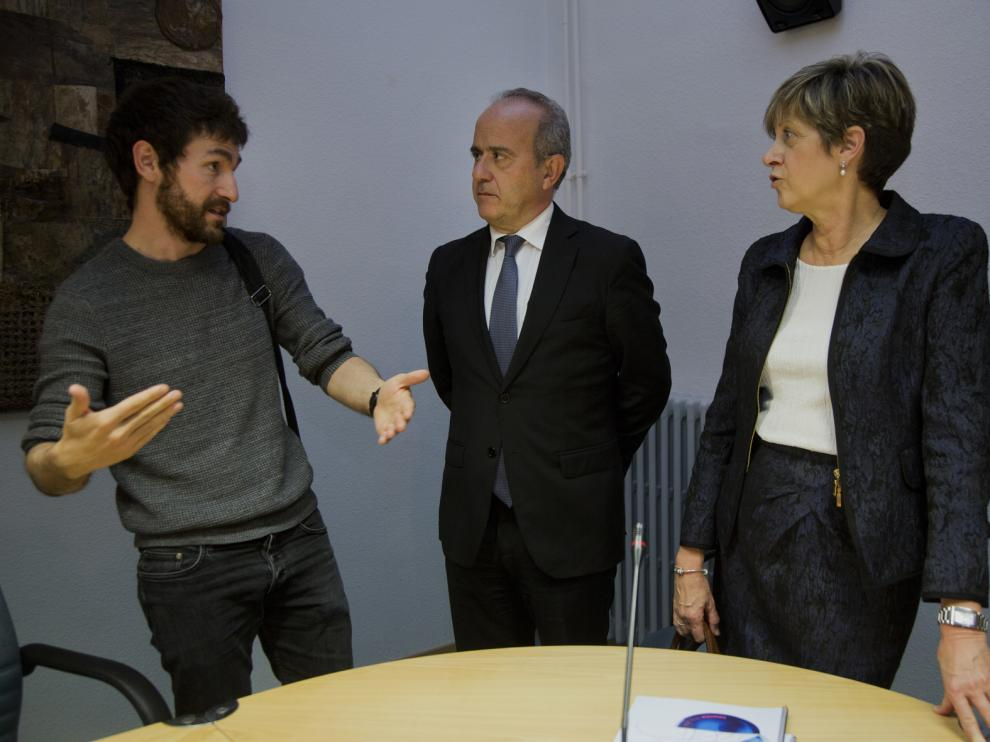 El director general de Universidades del Gobierno de Aragón, Ramón Guirado; la directora del centro asociado de la Uned en Calatayud, Ana Lagunas, y el rector de la Uned, Ricardo Mairal durante la visita a las instalaciones.
