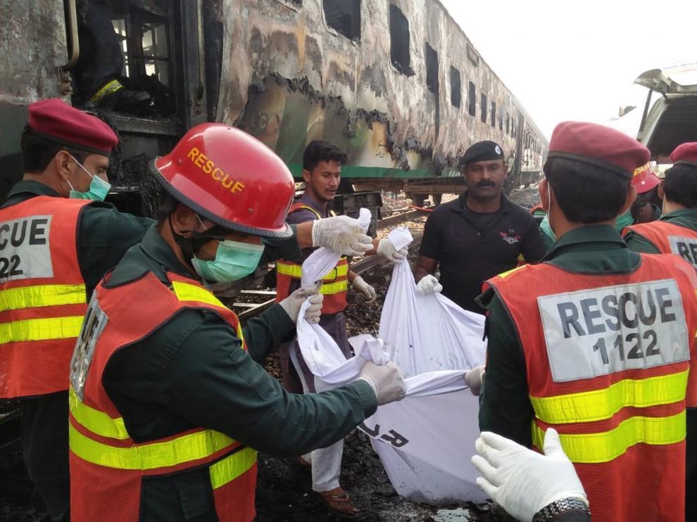 Los equipos de rescate recuperan los cuerpos de los pasajeros fallecidos en el siniestro.