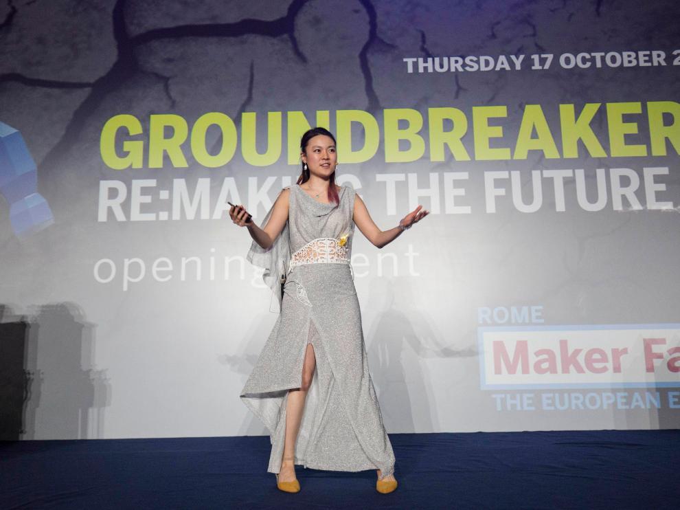Kitty Yeung, 'maker' y diseñadora de ropa 'inteligente' de código abierto, como este vestido que luce con el movimiento.