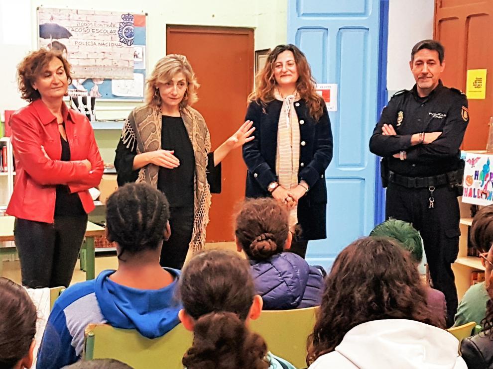 La subdelegada, junto a la directora del colegio, la directora provincial de Educación de la DGA y el inspector del CNP que ha impartido la charla.