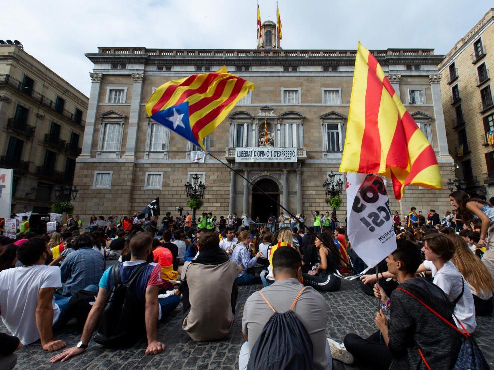 Cerca de un millar de estudiantes, la mayoría alumnos de secundaria y bachillerato, se han manifiestado por el centro de Barcelona para protestar por la sentencia del procés