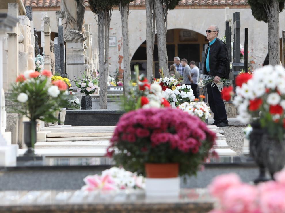 El cementerio de Teruel cubierto de flores.