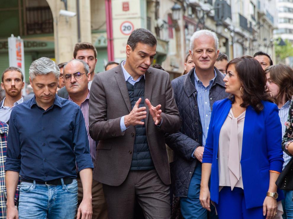 Pedro Sánchez, hoy, durante un paseo por las calles de Logroño.