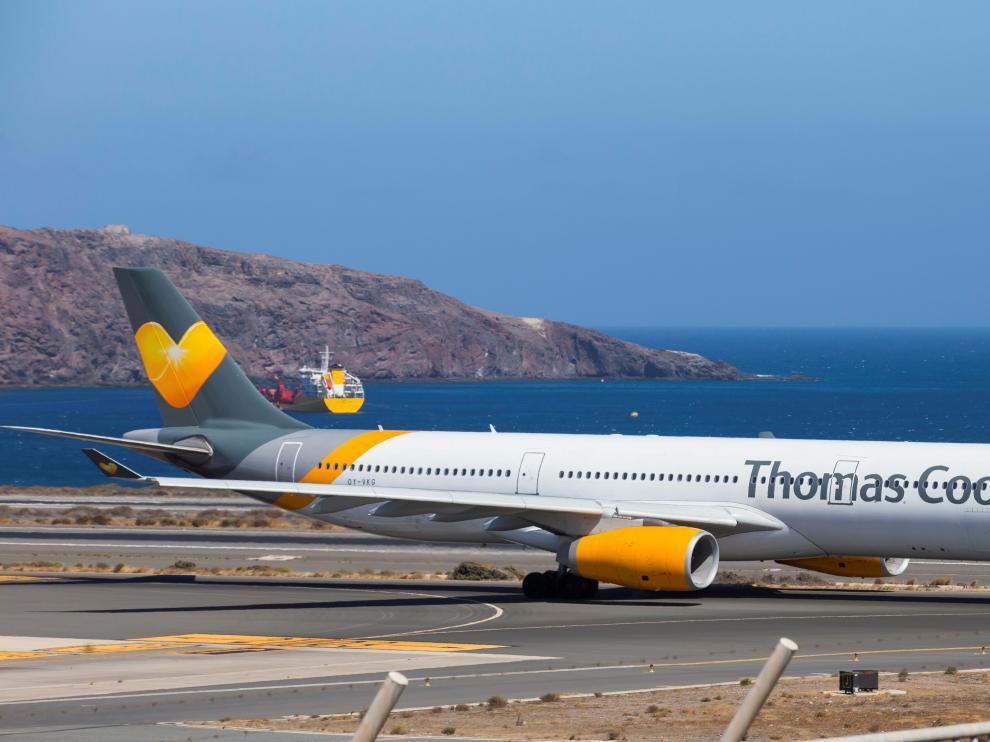 Un avión de Thomas Cook Scandinavia Airbus A330 despega en Las Palmas.