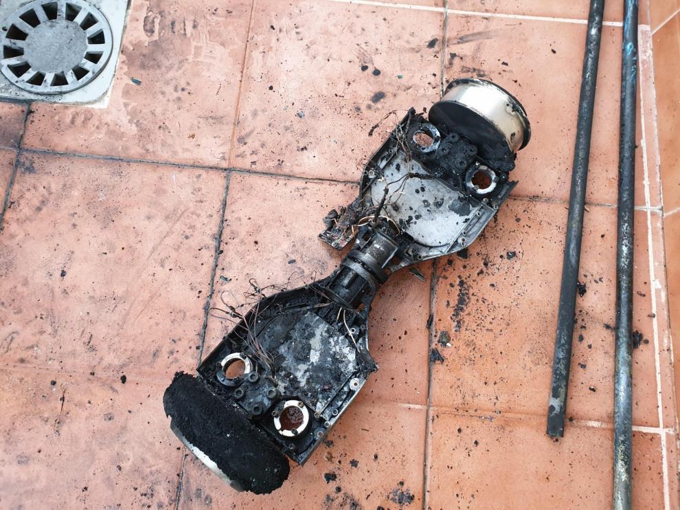 Estado en el que ha quedado el 'hoverboard' en el que se ha originado el incendio.