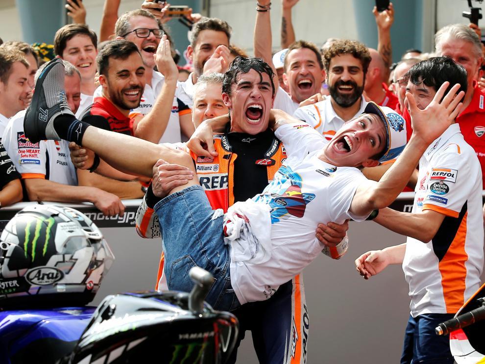 Marc Márquez sostiene en brazos a su hermano Alex, nada más proclamarse campeón del mundo de Moto 2