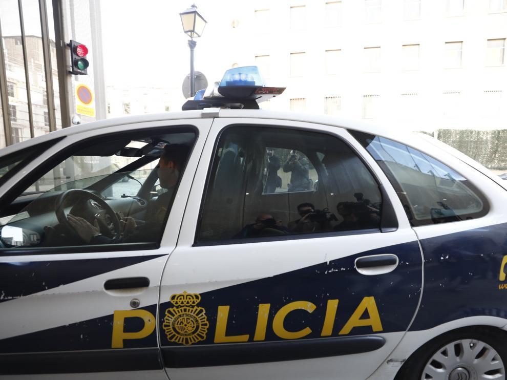 Rodrigo Lanza llega a los juzgados en un coche de la Policía Nacional.