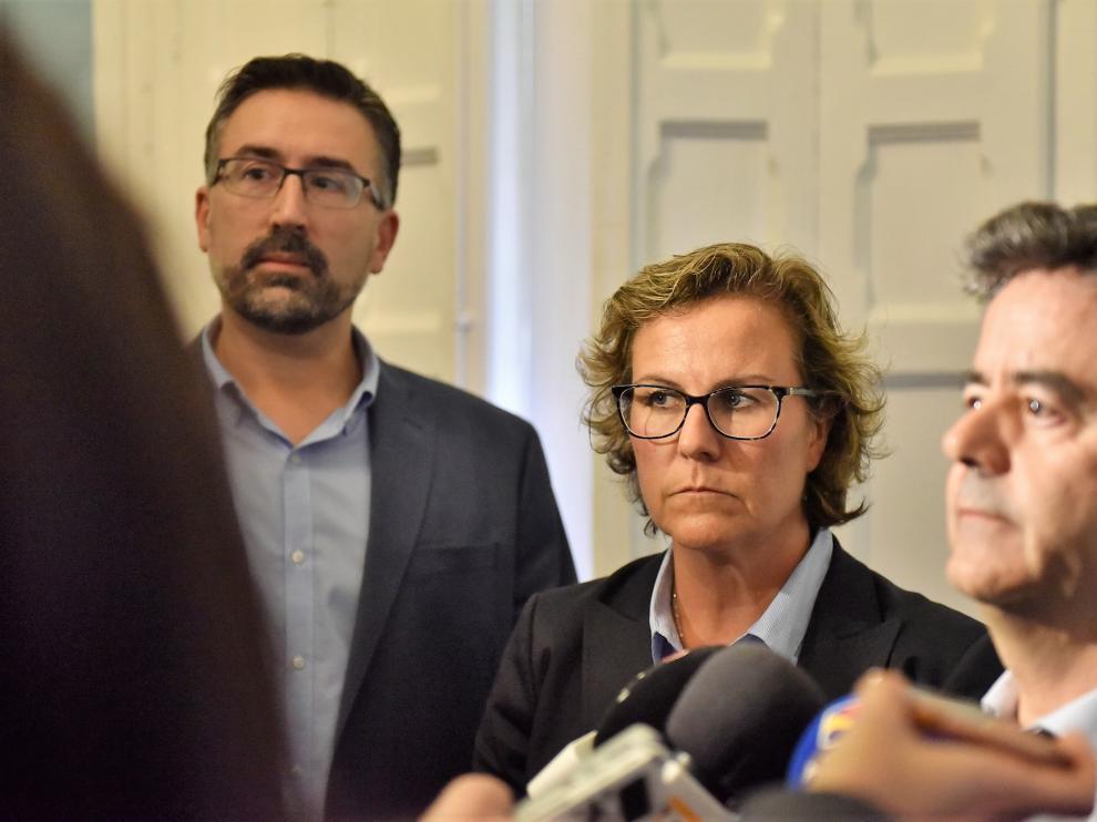 Beatriz Rivas, nueva intendente de la Policía Local de Huesca, entre el alcalde (d) y el hasta ahora jefe interino.