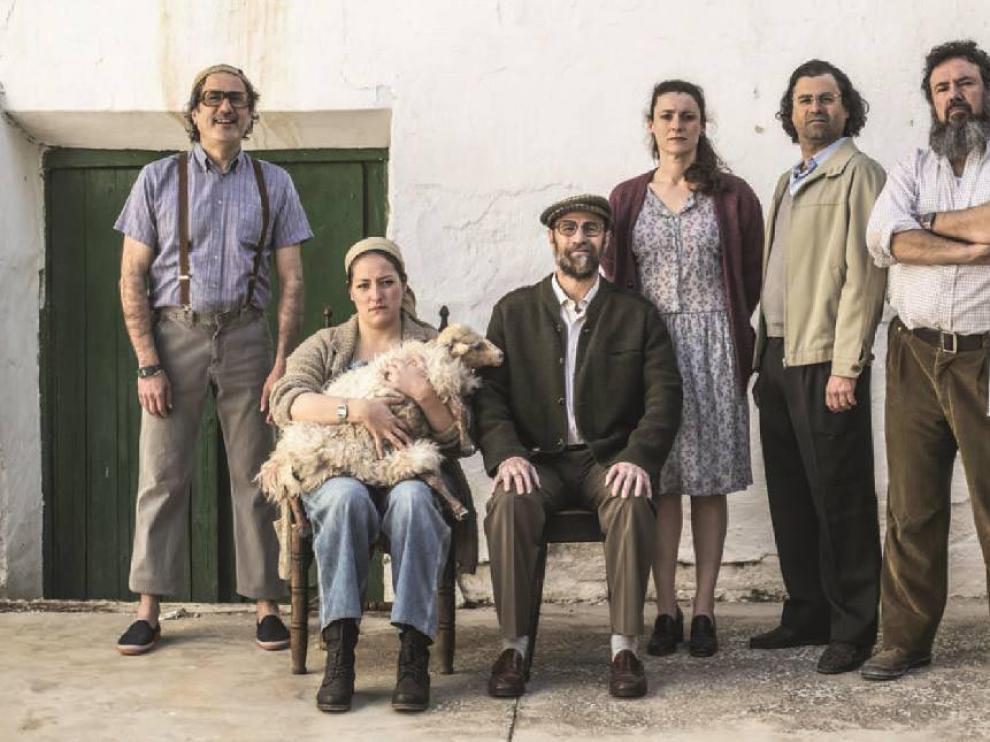 El elenco de actores que intervienen en la obra, al completo.