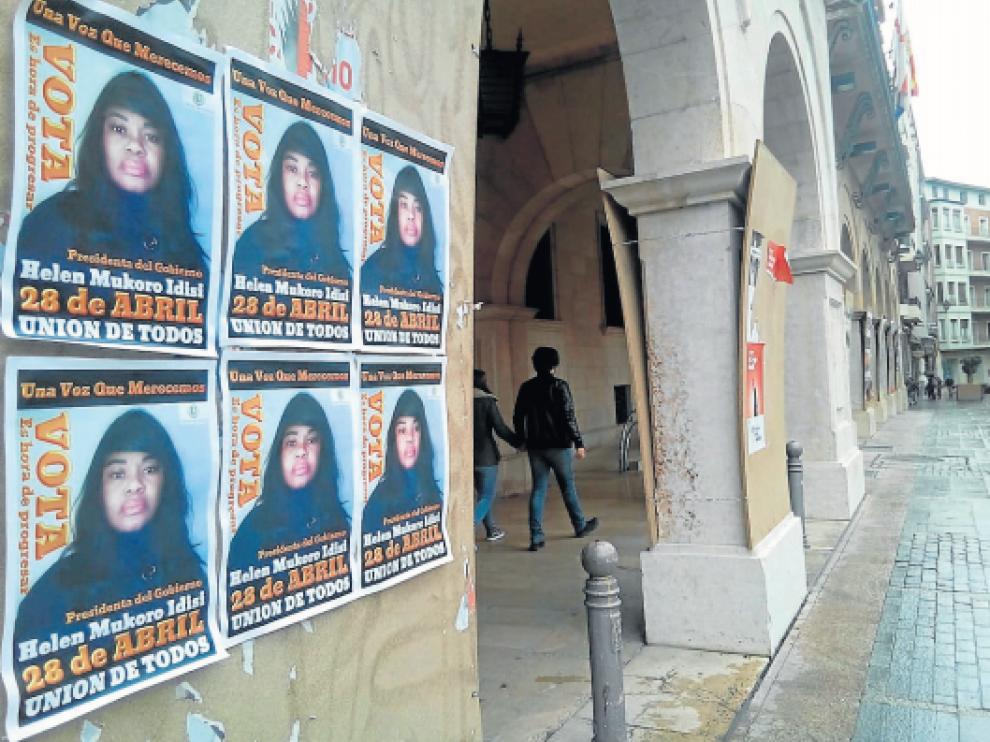 Helen Mukoro, en un cartel en la plaza de San Juan de Teruel durante las pasadas elecciones.