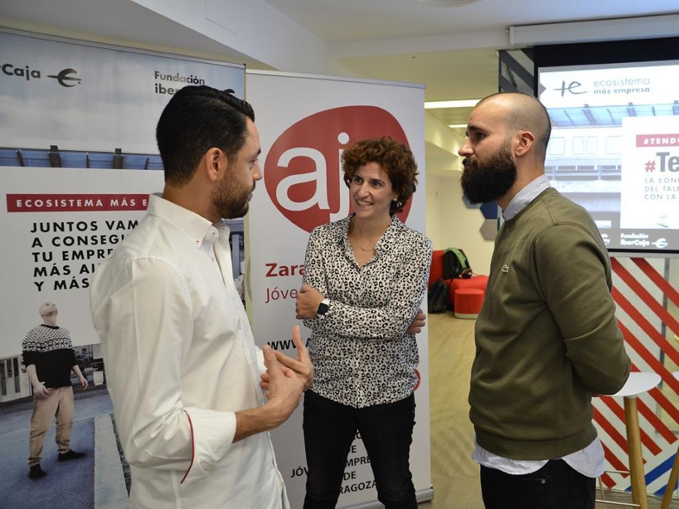 Carlos Melara (CEO NooddleApp) Luz López (Coordinadora Ecosistema Más Empresas) y Pedro Lozano (presidente AJE Zaragoza) en la presentación del TendUpZgz