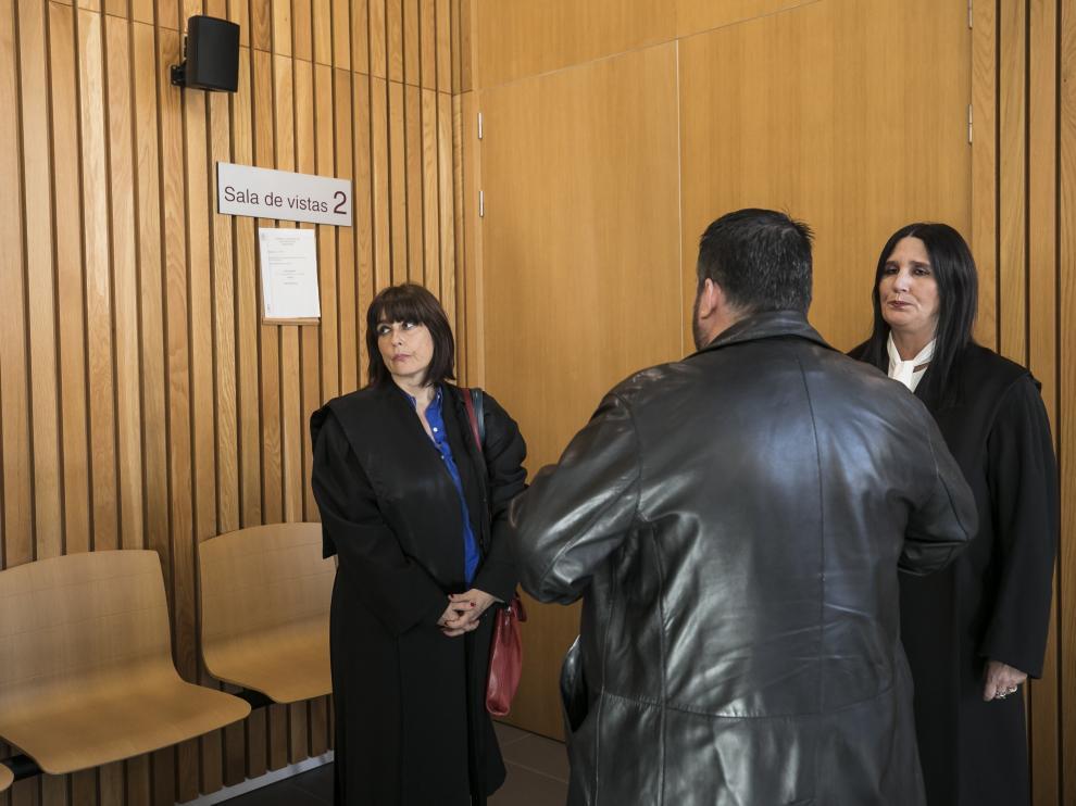El acusado, de espaldas, momentos antes del comienzo del juicio en la Audiencia de Zaragoza.