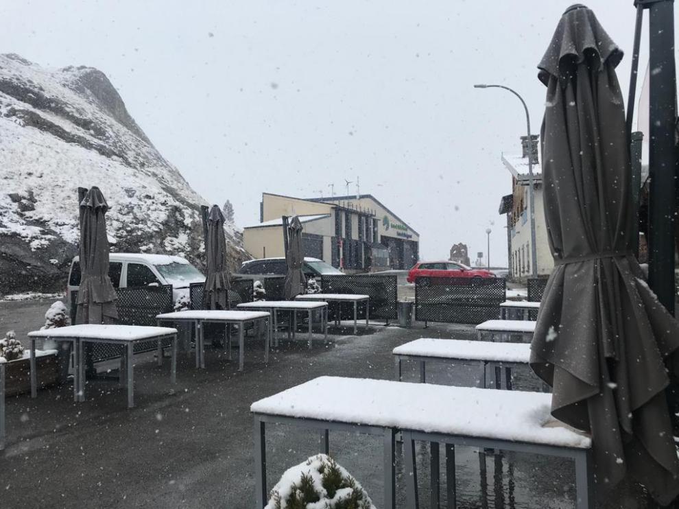 Nieve en el Portalet y la estación de Formigal que ha obligado al uso de cadenas en algunos puntos