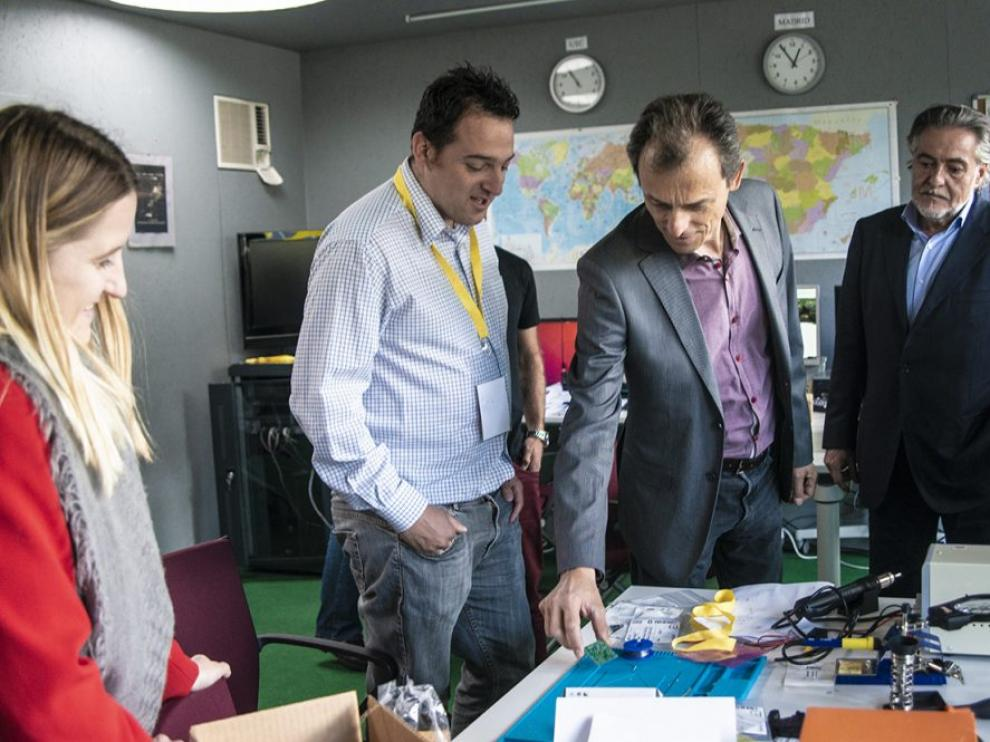 Félix Páez Pavón - EA4GQS - comenta la placa del sistema de energía del EASAT-2 con el ministro Pedro Duque en mayo de 2019.