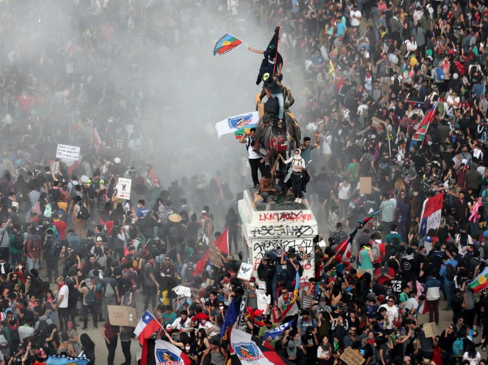 Demonstrators protest against Chile's government in Santiago, Chile, November 4, 2019. REUTERS/Ivan Alvarado TPX IMAGES OF THE DAY [[[REUTERS VOCENTO]]] CHILE-PROTESTS/