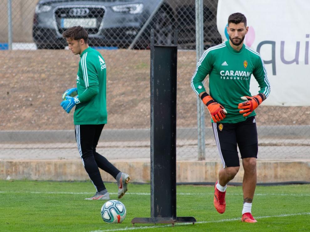 Carlos Azón (izda.), junto a Álvaro Ratón en el entrenamiento del primer equipo del Real Zaragoza este miércoles en la Ciudad Deportiva.