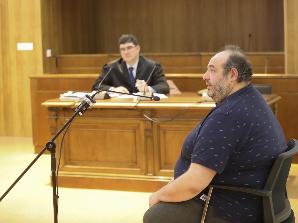 El acusado, Rafael M., y al fondo, su abogado, Alfonso de Meer.