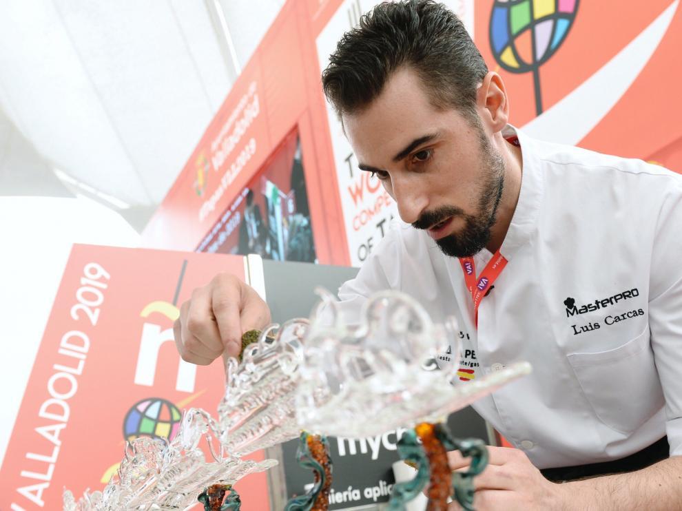 El cocinero Luis Arcas, este miércoles en Valladolid, preparando el pincho 'Esenzia de Río'