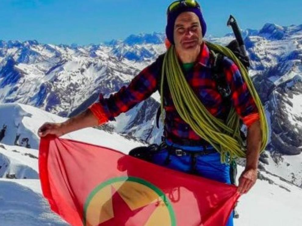 Fernando Sánchez, con la bandera del PKK.